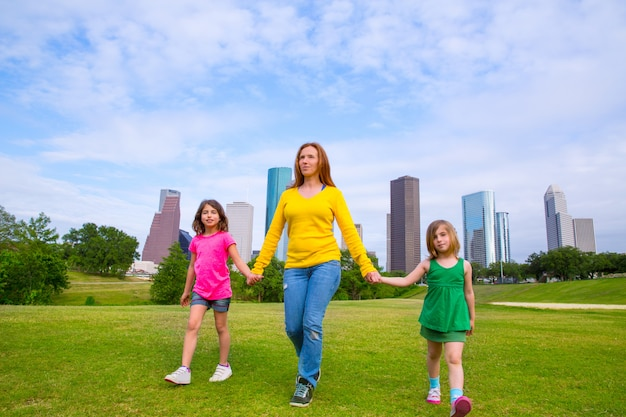 Matka i córki chodzi mienie ręki na miasto linii horyzontu