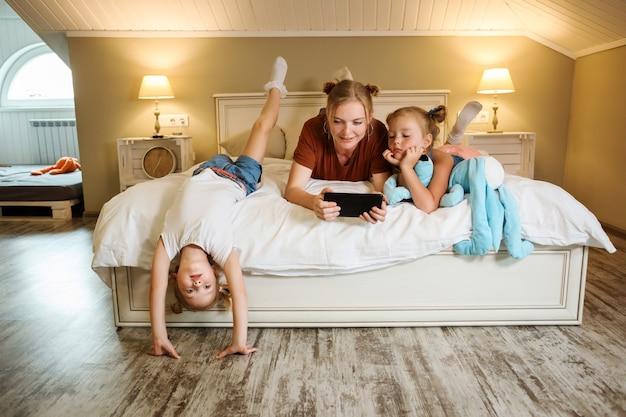 Matka i córki spędzają czas w domu na oglądaniu filmów