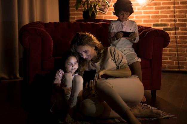 Matka i dzieci bawią się razem