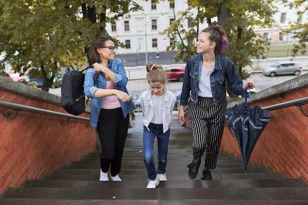 Matka i dzieci dwie córki chodzące po schodach