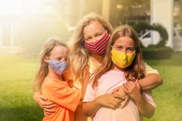 Matka i dzieci na twarzy maskn w parku