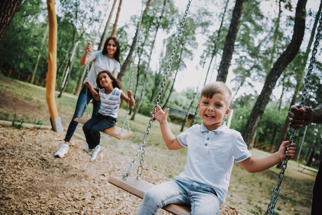 Matka i dzieci w parku rozrywki family weekend