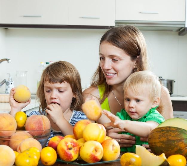 Matka i dzieci z brzoskwiniami