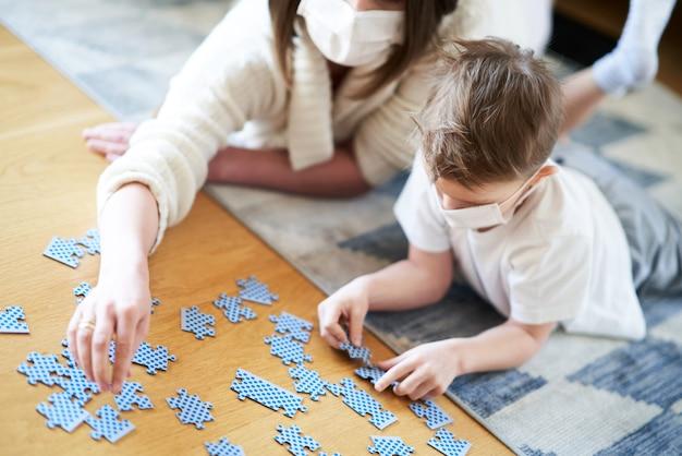 Matka i dziecko bawią się razem w izolacji domowej podczas pandemii koronawirusa
