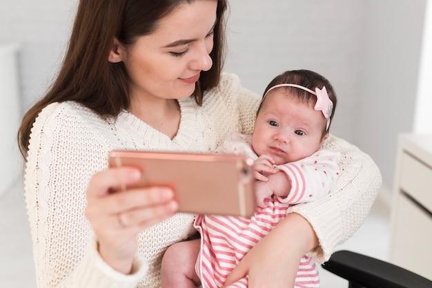 Matka i dziecko biorąc selfie