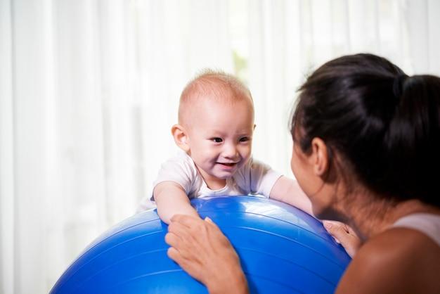 Matka i dziecko, ćwiczenia z piłką fitness