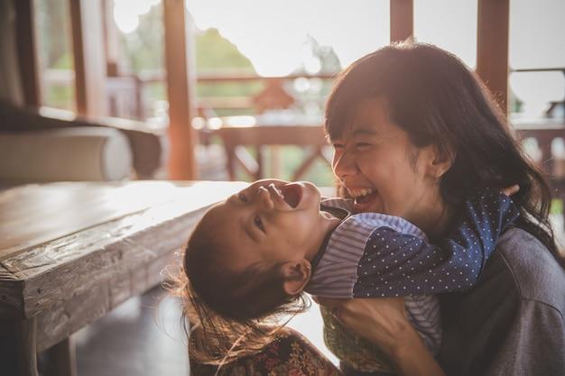 Matka i dziecko dziewczynka gra