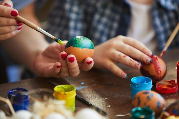 Matka i dziecko malowanie pisanek