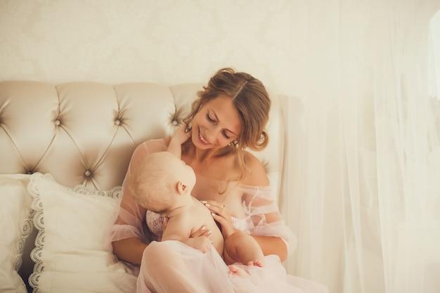 Matka i dziecko na łóżku
