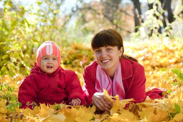 Matka i dziecko niosek na liściach klonu