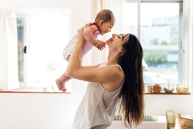 Matka i dziecko noworodek kochają emocjonalną rodzinę