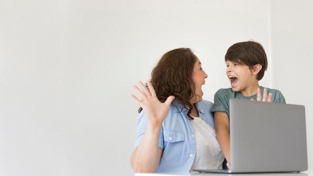 Matka i dziecko patrzeje na laptopie