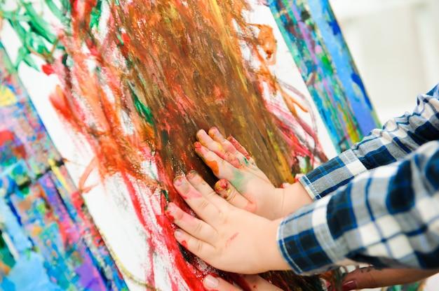 Matka i dziecko rysują farby obrazkowe, lekcje sztuki