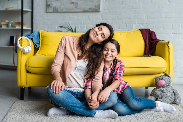 Matka i dziecko siedzi na podłodze