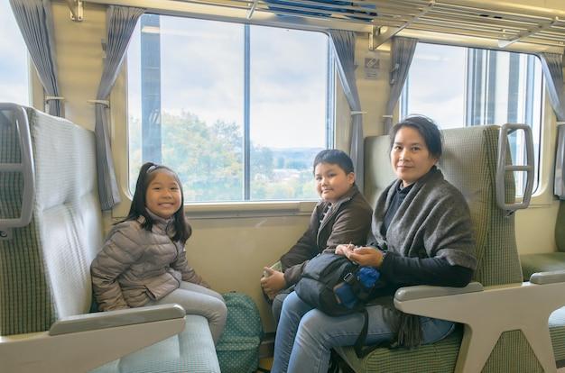 Matka i dziecko siedzi w pociągu w japonii,