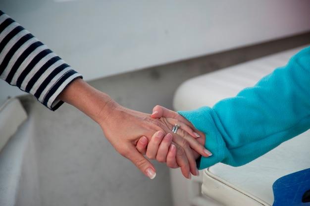 Matka i dziecko trzymając się za ręce