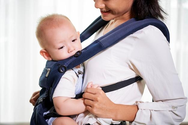 Matka i dziecko w chuście
