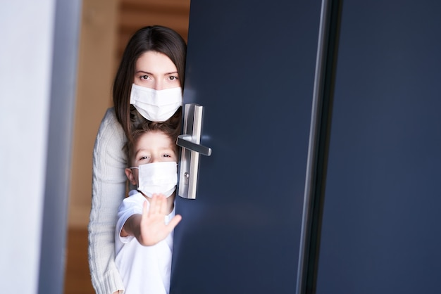 Matka i dziecko w domowej kwarantannie podczas pandemii koronawirusa