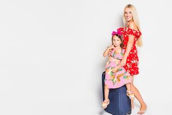 Matka i dziecko z walizką