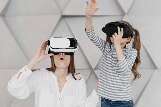Matka i dziecko za pomocą zestawu słuchawkowego wirtualnej rzeczywistości i grając