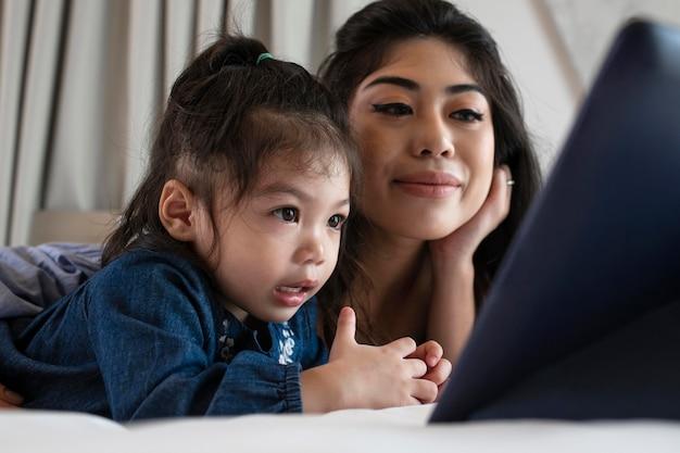 Matka i dziewczyna patrząc na tablet z bliska