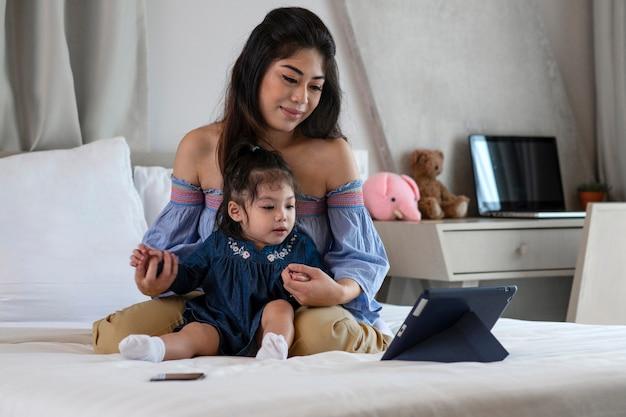 Matka i dziewczyna patrząc na tablet