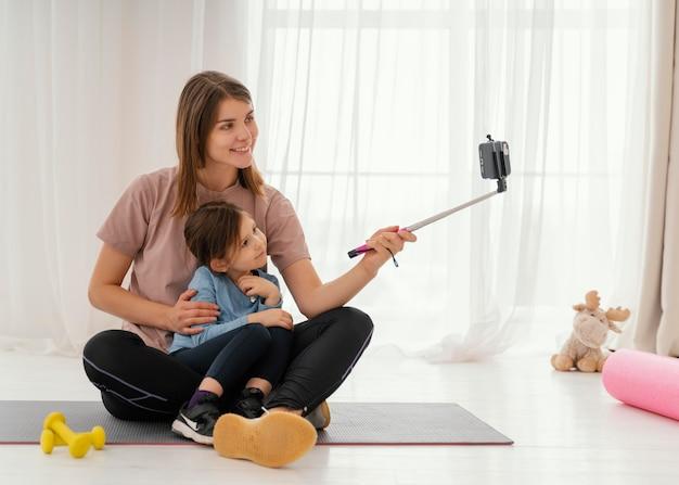 Matka i dziewczyna przy selfie pełny strzał