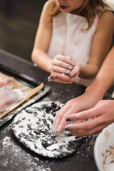 Matka i dziewczyna robi ciastkom w kuchni