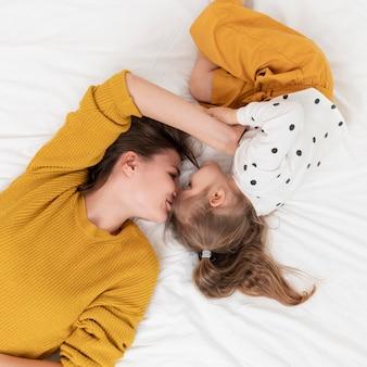 Matka i dziewczyna w łóżku