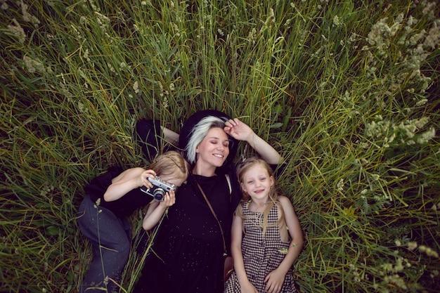Matka i dziewczynki, zabawy na łonie natury
