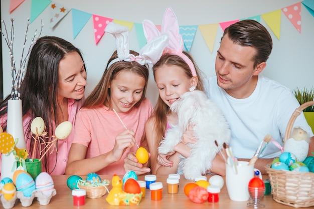 Matka i jej córeczka malowanie jajek szczęśliwa rodzina przygotowuje się do wielkanocy