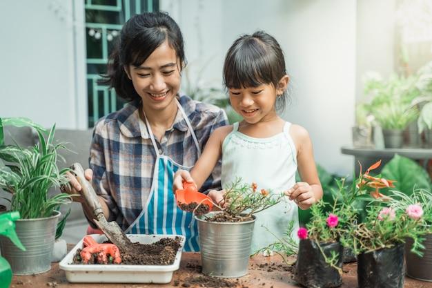 Matka i jej córka razem ogrodnictwo