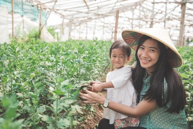 Matka i jej córka razem w gospodarstwie