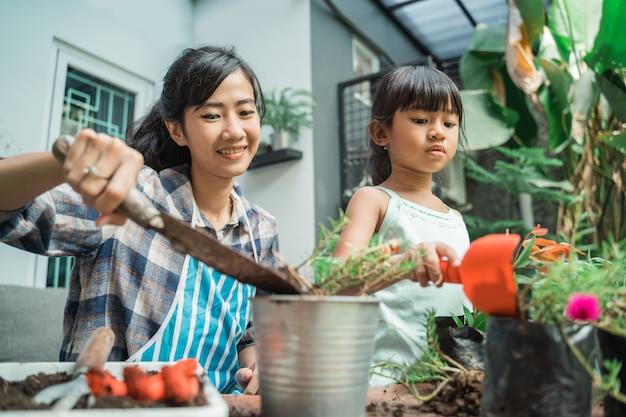 Matka i jej córka sadzenia ogrodu
