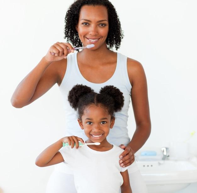 Matka i jej córka szczotkuje zęby