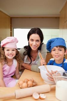 Matka i jej dzieci przygotowują ciasto