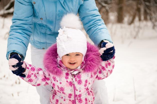 Matka i jej mała córka cieszy się pięknego zima dzień.