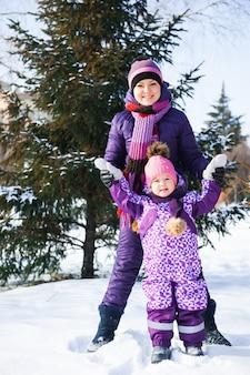 Matka i jej mała córka cieszy się zima dzień.