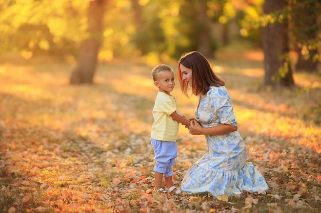 Matka i jej syn w parku