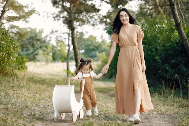 Matka i mała córka bawić się w lata polu