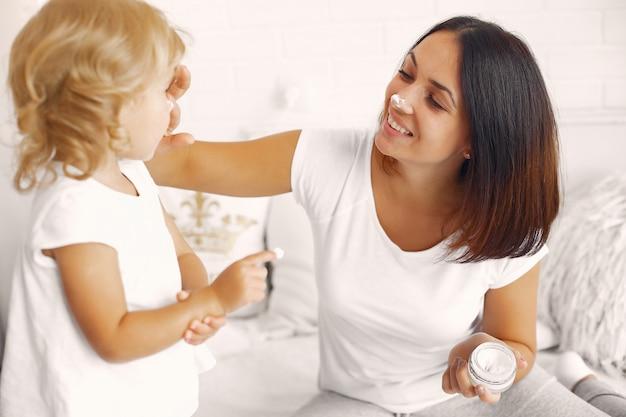 Matka i mała córka ma zabawę w domu