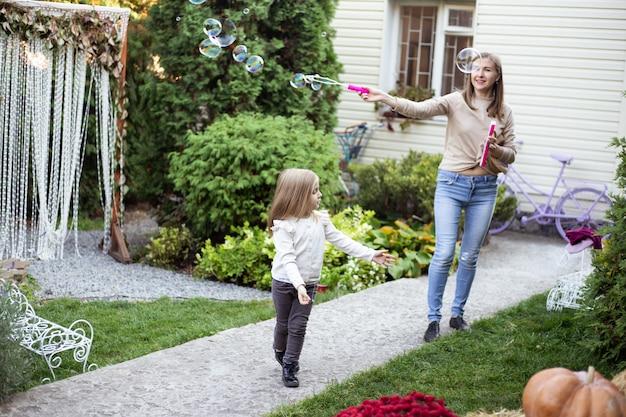 Matka i mała dziewczynka dmuchanie baniek