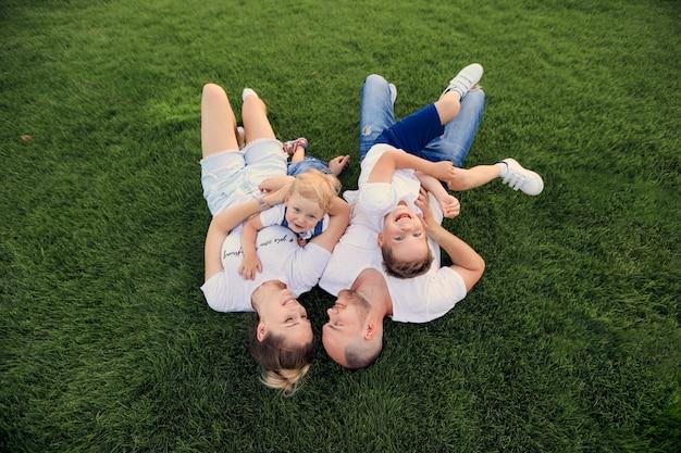 Matka i ojciec bawią się w parku z dziećmi