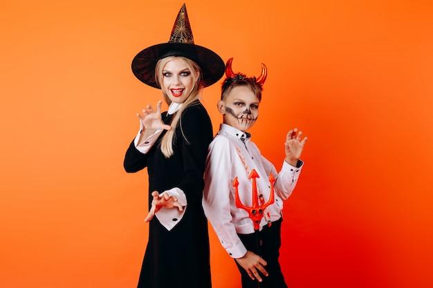 Matka i słońce w makijażu maskarady diabła. halloween