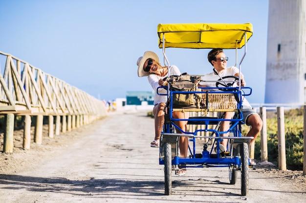Matka i syn bawią się razem na rowerze surrey w czasie wolnym na świeżym powietrzu lub na letnich wakacjach