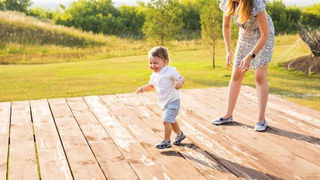 Matka i syn bawią się w polu