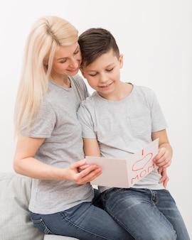 Matka i syn czytanie kartkę z życzeniami
