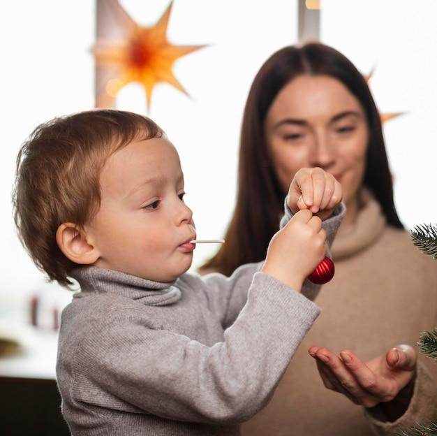 Matka i syn, dekorowanie choinki