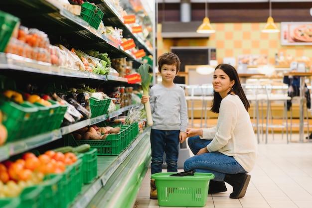 Matka i syn kupują owoce na targu