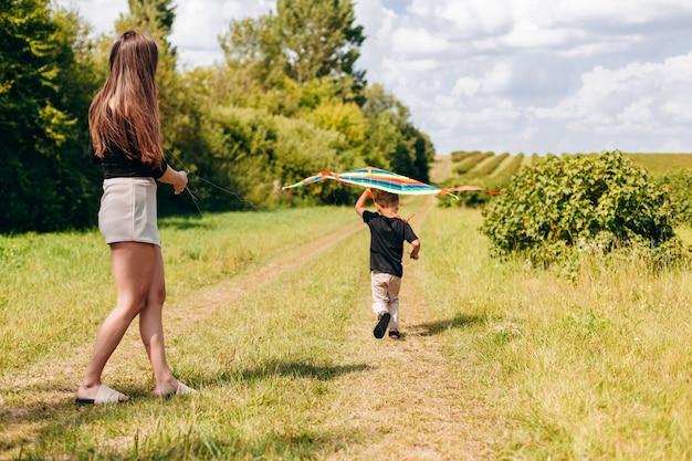 Matka i syn ma śmiesznego czas plenerowego.